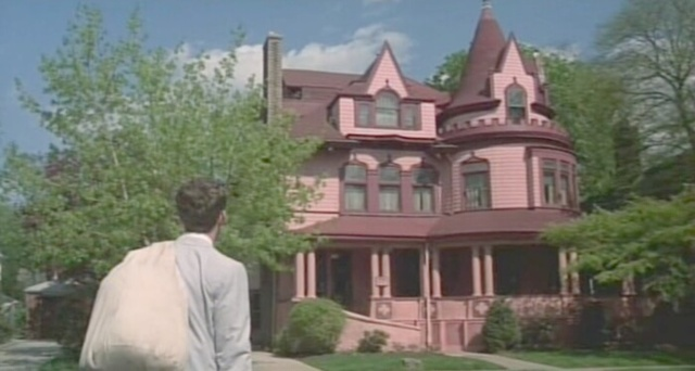 Stingo approaches the Pink Palace in Sophie's Choice.